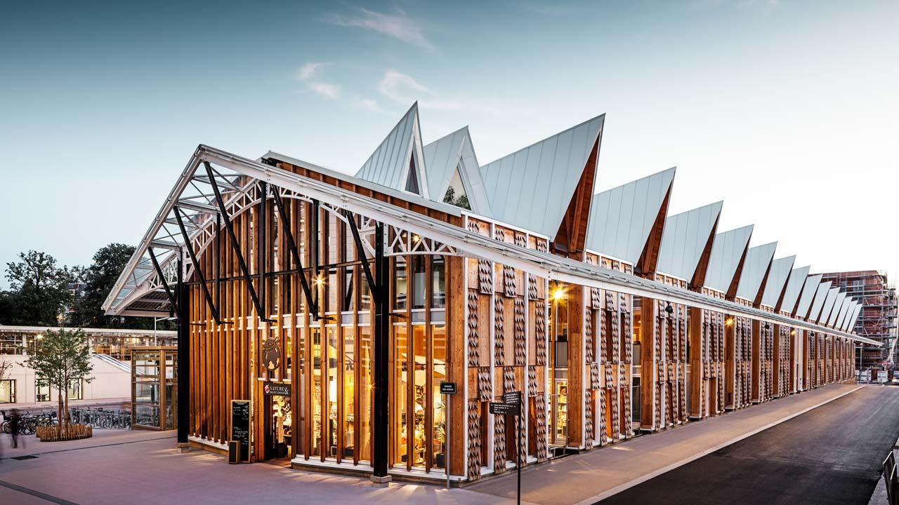 Kontorsbyggnad med modern arkitektur som du vill arbeta i