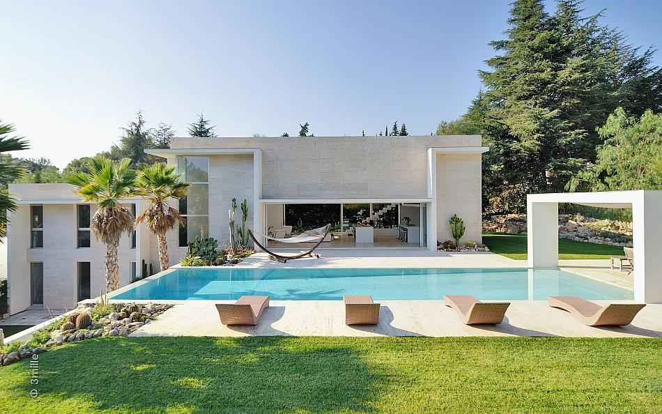 Modernt tropiskt VIlla med en enorm gnistrande pool