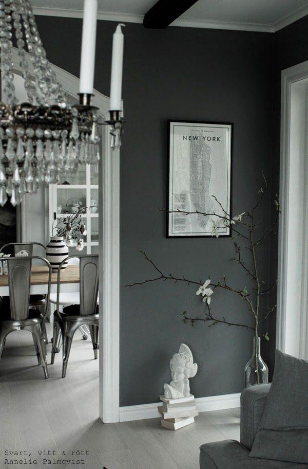 Trevligt vardagsrum med randiga väggar