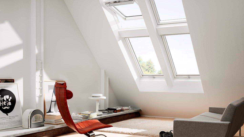 Vardagsrum med takfönster ger naturligt ljus